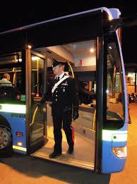 La 'mano morta' sull'autobus è violenza sessuale: la Cassazione conferma la condanna